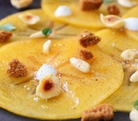 Carpaccio de caqui con frutos secos